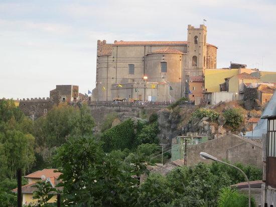 Motta Sant'Anastasia, Włochy: Veduta del Castello e della Chiesa Madre