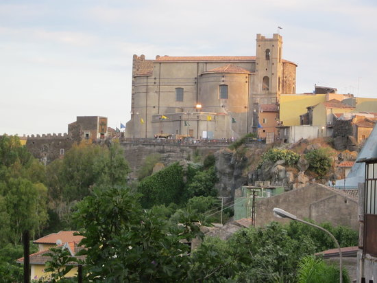Motta Sant'Anastasia, Italie : Veduta del Castello e della Chiesa Madre
