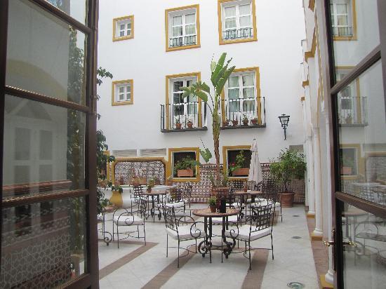 โรงแรมวินชีลาราบิดา: cortile interno dell'hotel