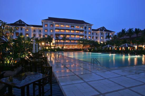 Royal Angkor Resort & Spa: Resort look from the Back at Night