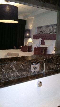 Blythswood Square Hotel: Vue sur la chambre depuis la salle de bain avec un panneau coulissant au dessus de la baignoire