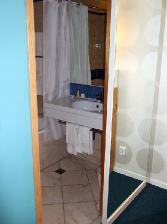 Elite Hotel Marina Plaza : The bath (separate from the toilet)