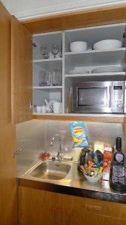 เบส2สเตย์เคนซิงตัน: kitchenette with sink, microwave & small frig.