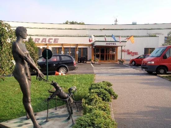 Pruhonice, Czech Republic: Hotel - Außenansicht