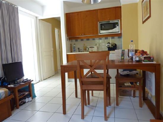 Apartamentos Maeva Les Grands Pins: salle à manger+cuisine+lit 2places pliant