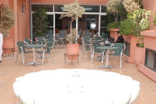 Hotel Akabar: c'est le jardin qui donne sur le réstaurant le client peut prendre son petit déjeuner , déjeuner