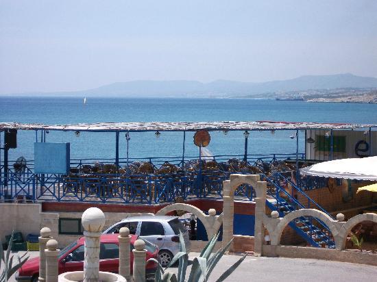 Flora Beach Hotel Studios: the poolside bar and taverna on the beach (awful music tho unless you like Boney M!! LOL)