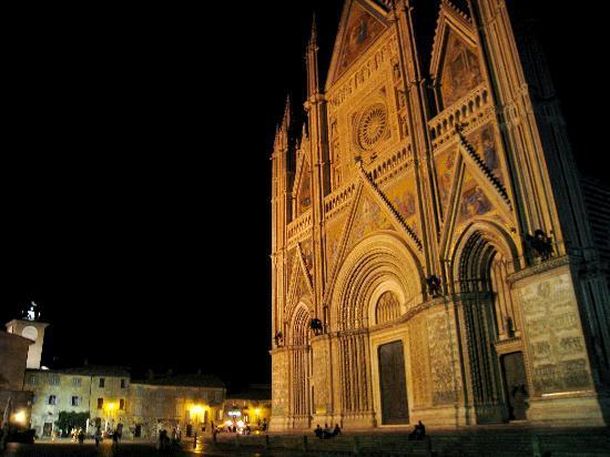 Duomo di Orvieto: 夜の姿