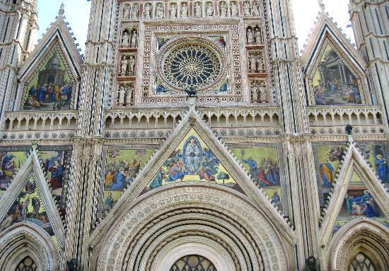Duomo di Orvieto: 鮮やかなファサード上部