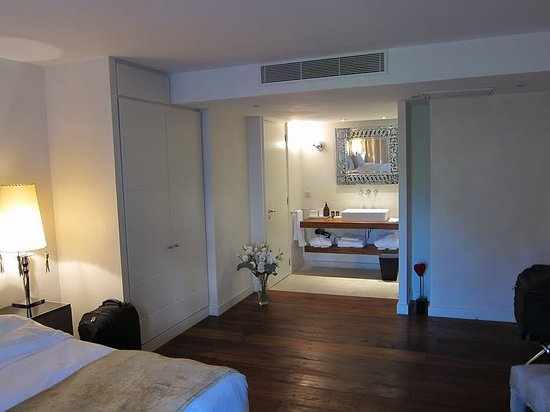 La Maison d'Aix : other side of the room (with fresh flowers)