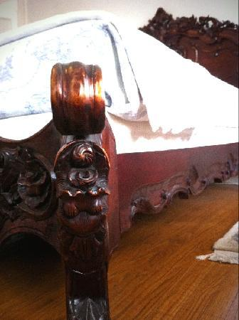 Spruce Hill Manor : corner of bed