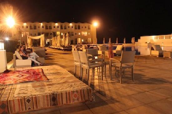 Radisson Blu Ulysse Resort & Thalasso Djerba: au bord de la piscine ..le soir