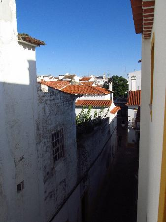 Old Evora Hostel: Travessa de Barão seen from the hostel