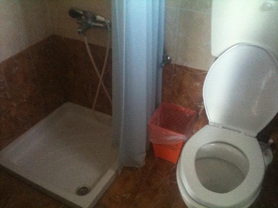 Hotel Thirasia: Salle d'eau