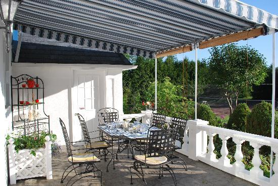 Domaine D'Amour: Breakfast area outdoors