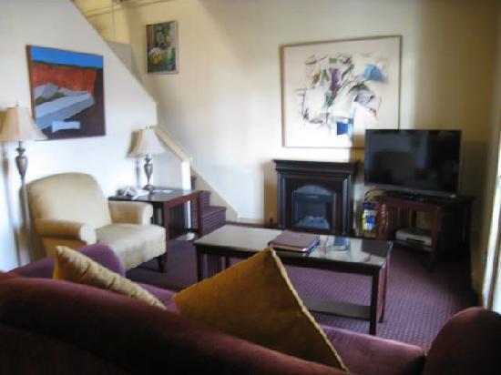 Swans Hotel & Brewpub: living room