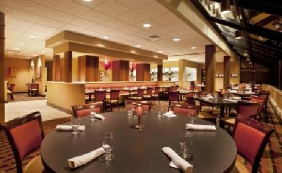 Holiday Inn Grand Rapids Downtown: Pearl Street Grill is a great spot to meet with friends