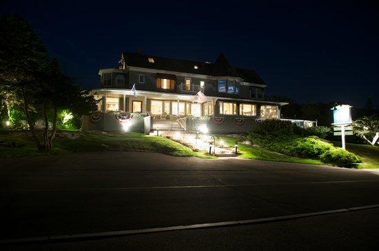 Ocean Cape Arundel Inn: The Inn at night
