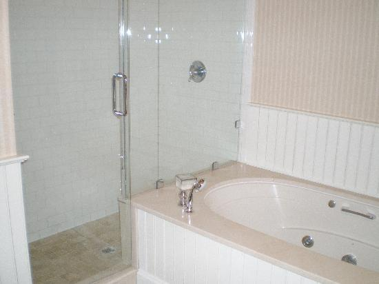 Wentworth Mansion: Jacuzzi tub. ~sigh~  Very, v e r y large shower.