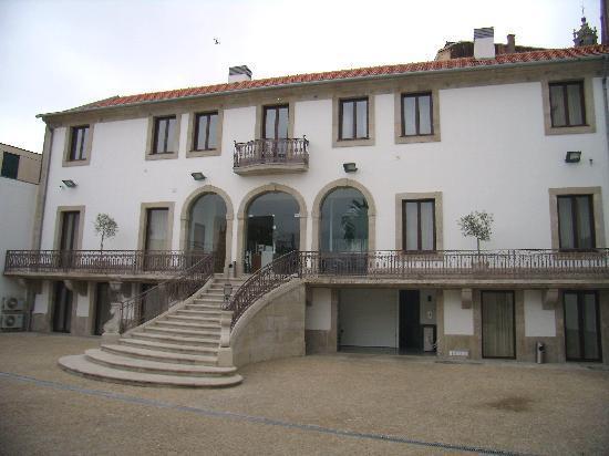 Vitoria Village: Edificio principal con la recepción y los duplex así como el patio/garaje.