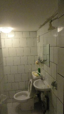 Annexe Hotel: bathroom