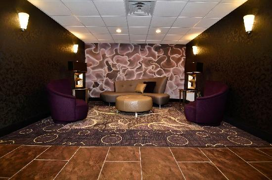 Best Western Plover Hotel & Conference Center: Relax in our modern & upscale lobby