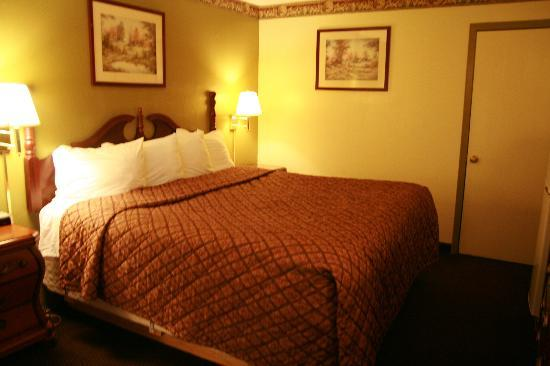 Days Inn Richmond: 1 King Bed