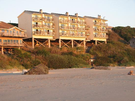 Sunset Oceanfront Lodging: the Sunset from the beach
