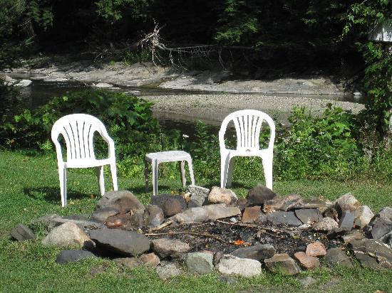 Pine Crest Motel and Cabins: Fire pit