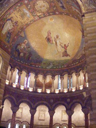 Cathedral Basilica of Saint Louis: My camera didn't catch the beauty of this Church.
