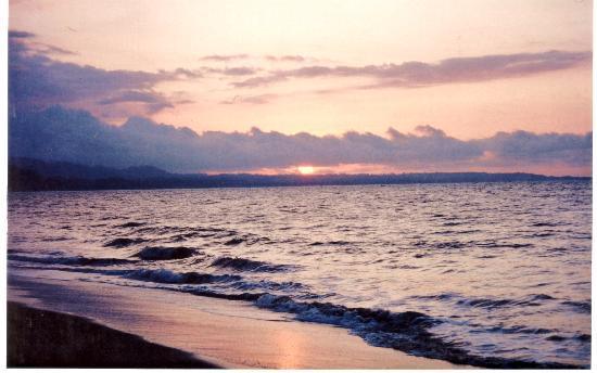 Atacames, Ecuador: Hermoso Atardecer en la Playa de Castenuovo