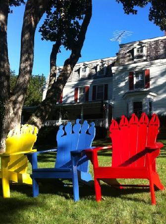 The Harbour Cottage Inn: chairs on the lawn, perfect for reading while having tea