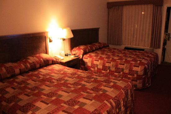 Howard Johnson Hotel and Suites Victoria Elk Lake: Room