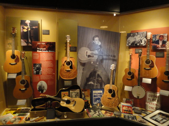 Nazareth, Πενσυλβάνια: Guitars displayed in museum