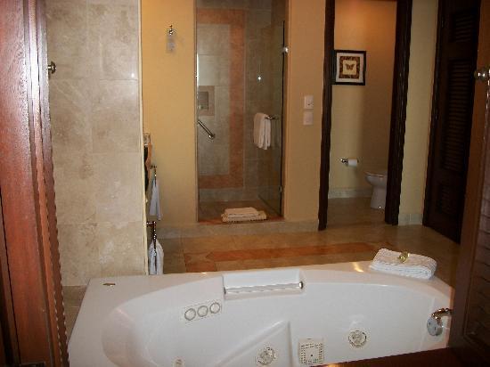 Pueblo Bonito Sunset Beach Golf & Spa Resort: Master bath