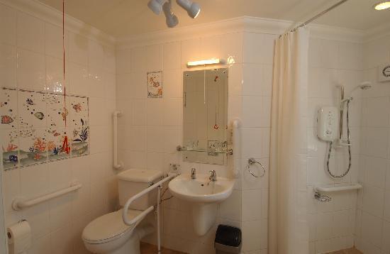 Sunnymeade Country House: wheel - in bathroom