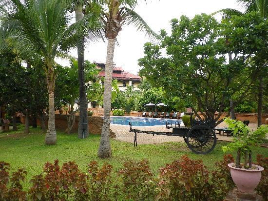 Jardin con piscina picture of amazing bagan resort - Piscinas con jardin ...