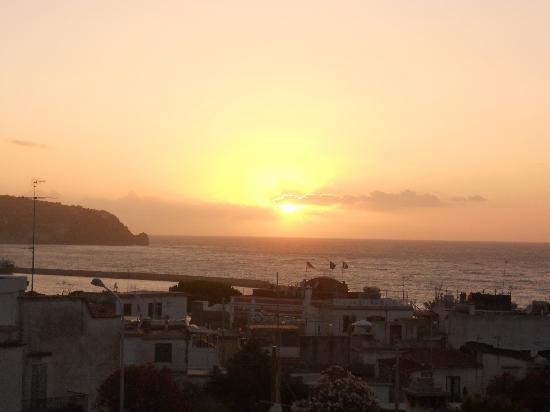 Honeymoon Villa: tramonto dalla stanza