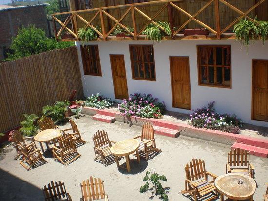 Amalur Hostal Restaurante: El patio del hostal con las habitaciones