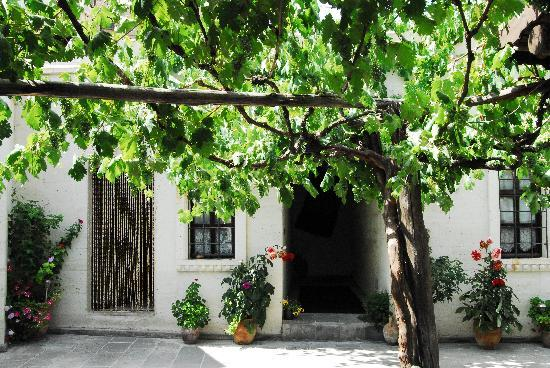 Aravan Evi Restaurant : La corte interna sulla quale sono posizionati i tavoli