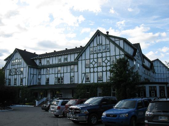 جليميل إن: Glynmill Inn (front)