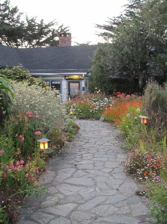 Agate Cove Inn Hotel: Charming gardens of Agate Cove Inn