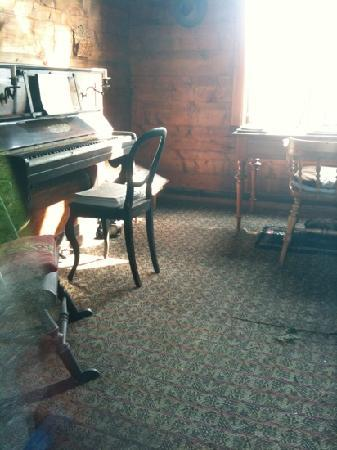 Troldhaugen Edvard Grieg Museum: Grieg's piano and desk in hut