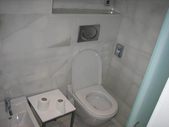 Hospes Amerigo: Bit of a cramped toilet with sliding door