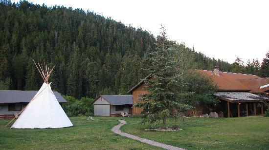 Moose Creek Ranch: Lodge and teepe