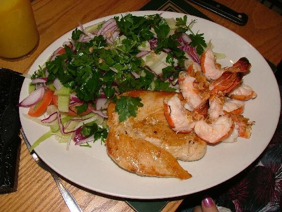 Wrights Restaurant: Chicken & King Prawns with mixed salad
