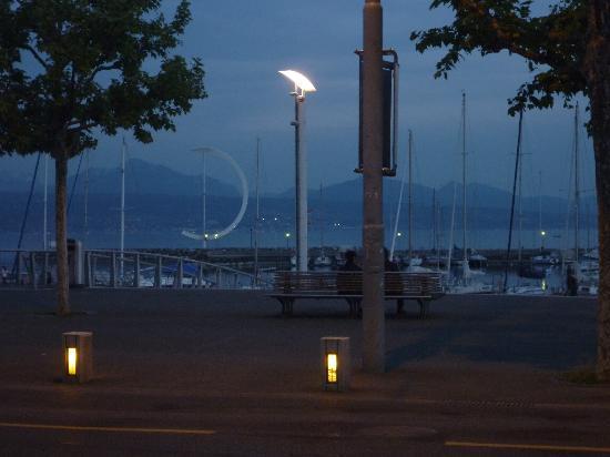 โรงแรมโมเวนพิค โลซาน: Lake Geneva at dusk