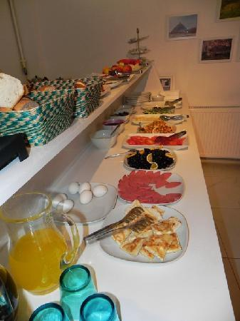 Minel Hotel: breakfast. really good for Europe!
