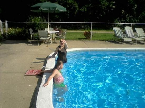 Oak Cove Resort: Sparkling blue pool