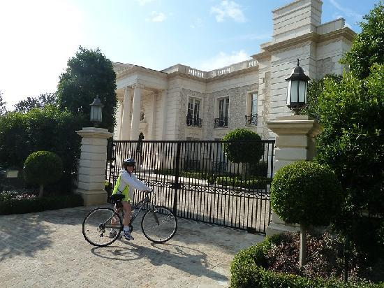 Cher 39 s house up close and personal picture of bikes and for Stars houses in la